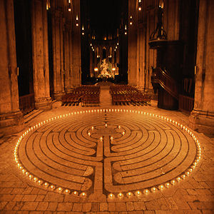Chatres-Labyrinth-candle-lit